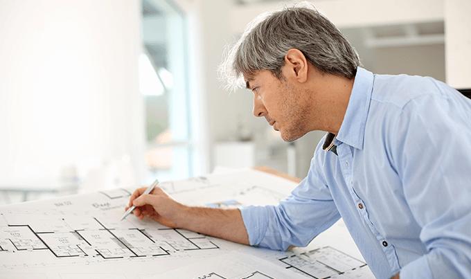 Engenheiro da Estrutural Glazing analisa projeto