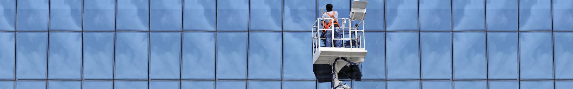 tecnicos da Estrutural Glazing instalam fachada pele de vidro